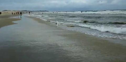 Mulher sofre tentativa de estupro enquanto corria na beira da praia
