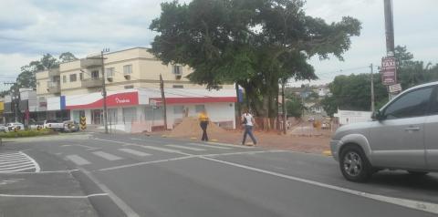 Falta de recuo em contenção de obra, causa perigo à pedestres em Cocal do Sul