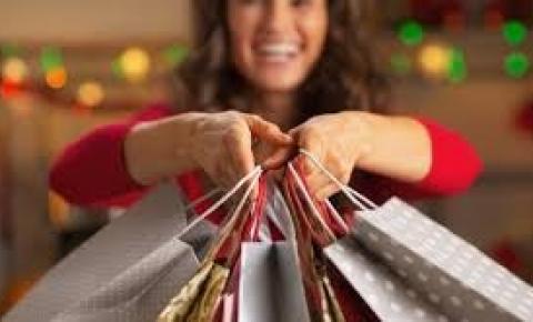 Brasileiros pretendem gastar mais que 2018 em presentes de Natal