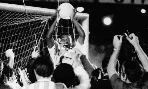 HOJE NA HISTORIA: No Maracanã, Pelé marca o milésimo gol da carreira
