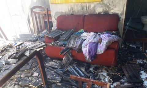 Casa é atingida por incêndio em Içara, no bairro Liri