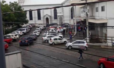 Idosos fazem fila para receber dose de vacina em Cocal do Sul