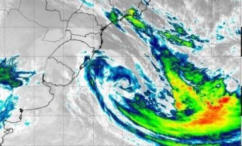 Ainda ativo, ciclone extratropical se afasta em direção ao Oceano Atlântico