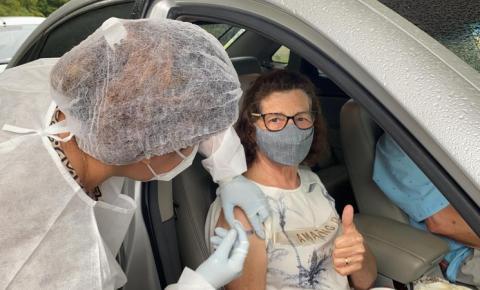 300 idosos são vacinados em drive-thru nessa semana em Cocal do Sul